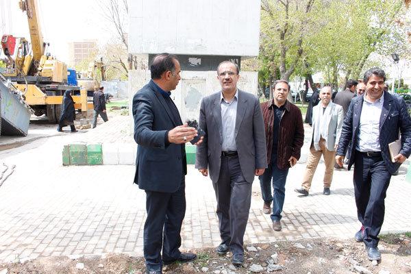 نصب پله های مکانیزه پل عابرگذر مقابل مرکز خرید جواهر تبریز در مراحل پایانی