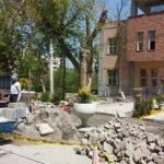 اجرای عملیات ترمیم کف سازی سنگی مقابل سازمان سیما، منظر و فضای سبز شهرداری تبریز