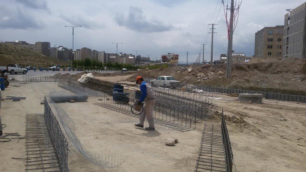 احداث دیوار حائل در دو رمپ تقاطع غیر همسطح حضرت ولیعصر(عج)