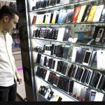 فروش موبایل ۵۰ درصد کاهش داشته است/ همزمان با تک نرخی شدن ارز ۶۰ شرکت درخواست مجوز برای واردات کردند