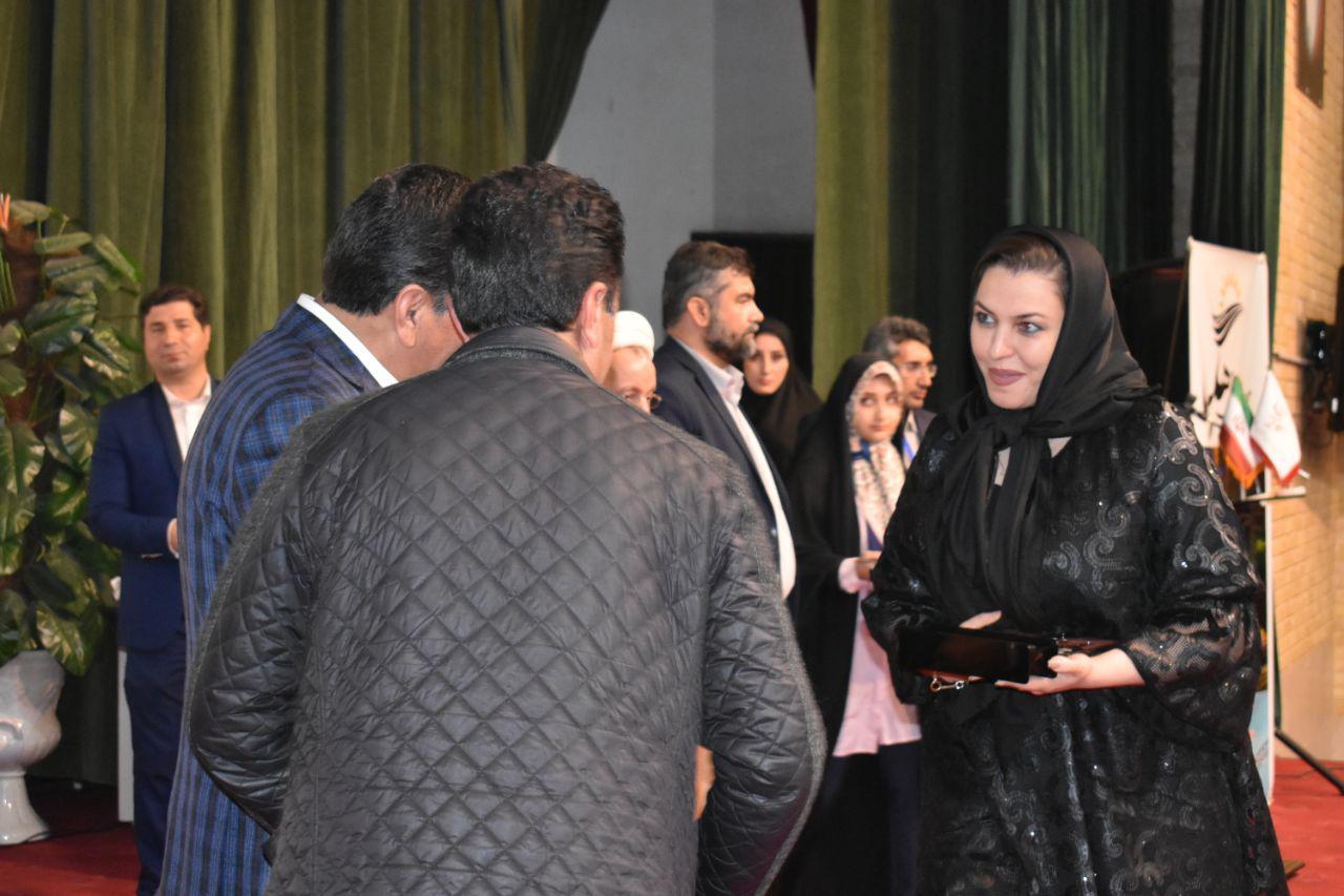 تجلیل از سرکار خانم پروانه میسمی مدیریت آموزشگاه پریا به عنوان کارآفرین صنفی منتخب حوزه بانوان در پنجمین همایش تجلیل از فعالین فرهنگی، اقتصادی و اجتماعی استان