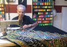 طراحی و نقش زدن روی پارچه به عشق امام حسین(ع)/ روایت یک عشق الهی ۶۰ ساله