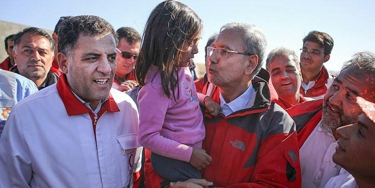 حاشیه های بازدید از مناطق زلزلهزده/ وقتی پیرمرد داغدار به سخنگوی دولت دلداری می دهد!